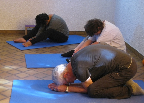 yoga- Etirement du dos en Feuille pliée ou en Tête sur les genoux