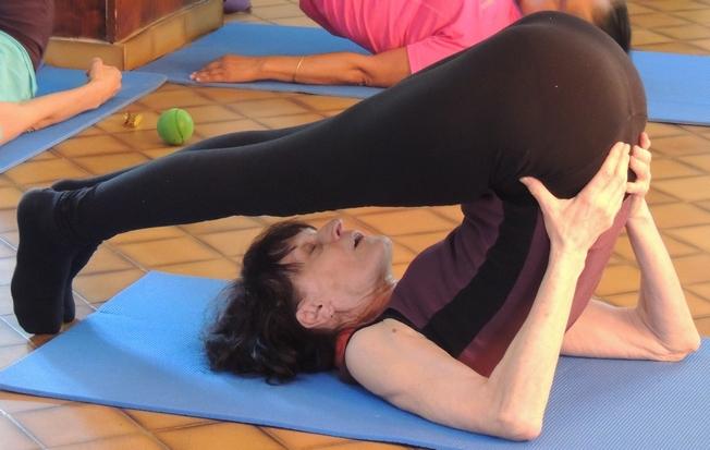 Enrouler le dos puis le dérouler sur le sol, vertèbre après vertèbre.