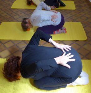 Apprendre à respirer avec le dos dans la respiration complète