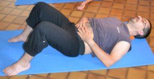 Apprendre à respirer avec le ventre pour faire bouger le diaphragme dans le bon sens : le ventre se serre à l'expiration.