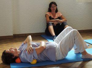 Auto-massage de l'épaule avec une petite balle en mousse