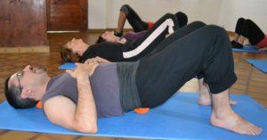 Auto-massage des lombaires et des sacro-iliaques avec la petite balle en mousse