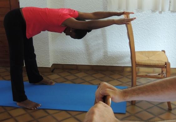 ischio-jambiers-Étirement de l'arrière des jambes en sécurité pour le dos.