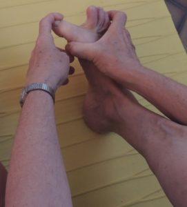 Étirement de l'un des muscles responsables de la déviation du gros orteil
